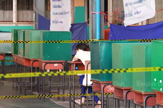 A polling unit at Wat Sri Iam is quiet on Feb 2, 2014. (Photo by Somchai Poomlard)