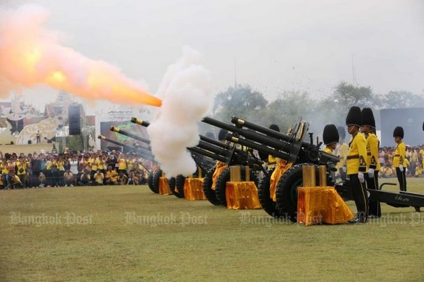 Soldiers of the 1st Artillery Battalion, from the 1st Artillery Regiment Royal Guard, perform a gun salute at Sanam Luang to mark the King's birthday last December. (File photo by Pattarachai Preechapanich)
