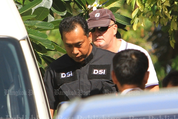 Authorities take Dutch drug suspect Johan van Laarhoven, wearing a cap, to the Department of Special Investigation after a raid at their house in Bang Lamung district, Chon Buri, in July 2014. (Photo by Tawatchai Kemgumnerd)