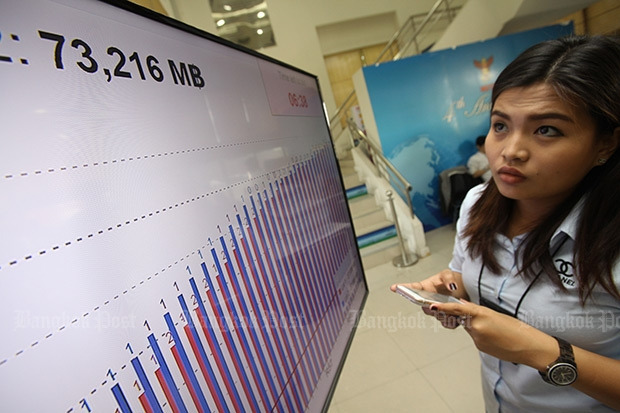 A woman looks at the chart showing progressive bids in the 4G auction at the National Broadcasting and Telecommunications Commission on Thursday. (Photo by Pornprom Satrabhaya)