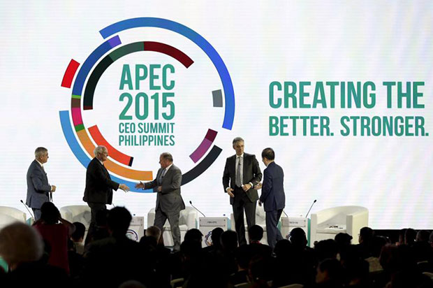 (L-R)Ayala Corporation CEO Jaime Zobel de Ayala, Canadian Chamber of Commerce CEO Perrin Beatty, Lord Mayor of Melbourne Robert Doyle, Chairman of Asia Inc Forum Timothy Ong and Deutsche Post DHL group CEO Frank Appel attend the Asia Pacific Economic Cooperation (APEC) 2015 CEO Summit in Manila, November 17, 2015. (Reuters photo)