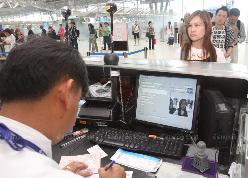 The APPS system will supposedly accomplish two tasks. One is to speed up long queues by pre-screening most arriving passengers. The other is to quickly identify those with criminal records and warrants to allow security forces to respond. (Bangkok Post file photo)