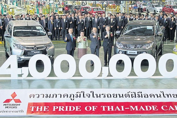Mitsubishi Motors (Thailand) yesterday celebrated the 4-millionth car to roll off its assembly line at its factory in the Laem Chabang Industrial Estate. The event was witnessed by Industry Minister Atchaka Sibunruang (second left) and Japanese Ambassador Shiro Sadoshima (second right).