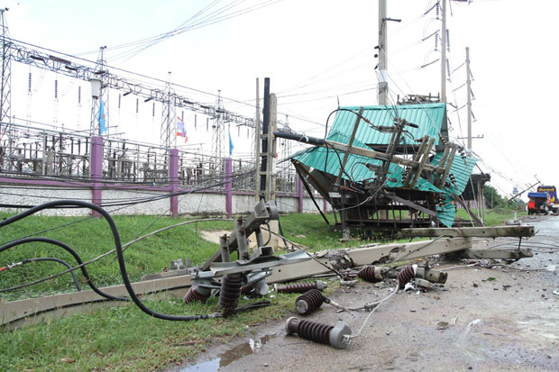 A collapsed power pole toppled onto a roadside shelter on Rojana Road in front of a Provincial Electricity Authority branch in Wang Noi district of Ayutthaya on Friday. (Photo by Sunthon Pongpao)