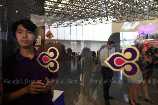 The powerful Thai Airways employees union says it is ready to slow down work and delay flights on Thursday if the airlines' rehab plan includes pay cuts. (Post Today file photo)