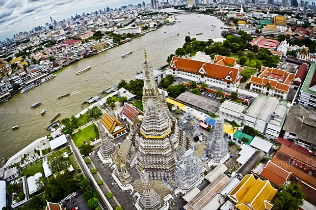 A bird's eye view of the Chao Phraya River in front of a Bangkok landmark, the Temple of Dawn. The Chao Phraya promenade project has raised concerns over possible adverse impacts on the environment and cultural icons.(Photo by Krit Promsaka na Sakolnakorn)