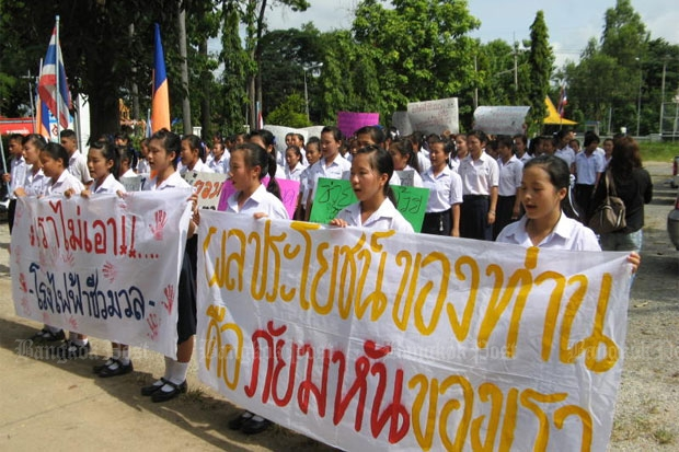 About 200 students and teachers in Nan province hold up placards protesting against the planned building of a biomass power plant in front of their school in Wiang Sa district.RARINTHORN PETCHAROEN