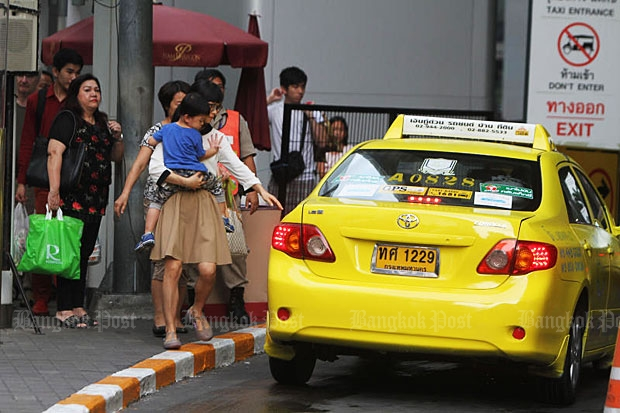 Shoppers wait for taxis at a taxi stand of Siam Paragon shopping complex. (Bangkok Post file photo)