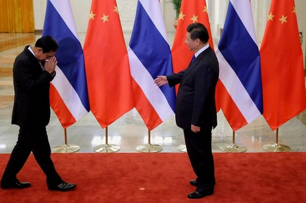 Prime Minister Prayut Chan-o-cha wais President Xi Jinping on Nov 9, 2014, at the start of a bilateral Thailand-China meeting at the Great Hall of the People on the sidelines of last year's Apec summit. (AFP photo)