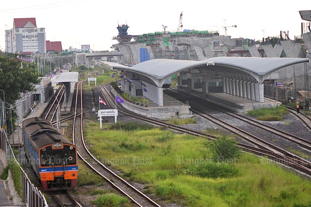 A train departs Taling Chan junction on the southern route on Sept 9. (Photo by Panumas Sanguanwong)