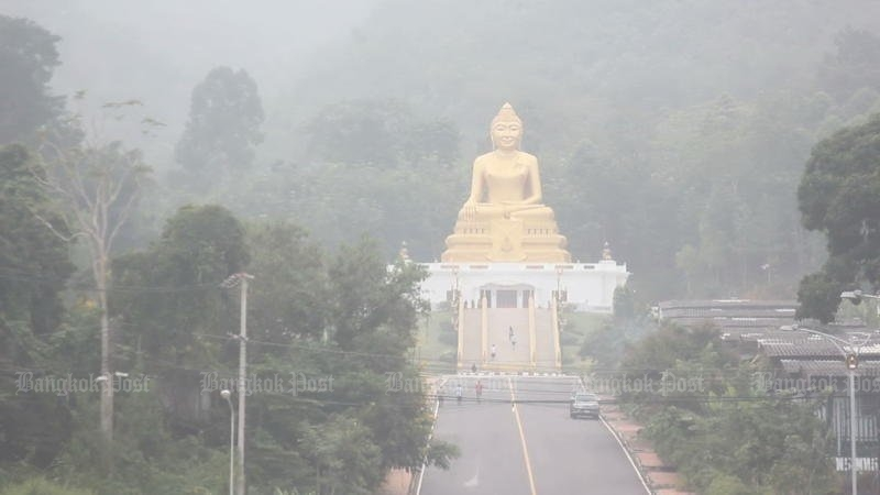 Flashback: On Oct 21, still-thickening haze from Indonesian fires blanketed Nakhon Si Thammarat, providing this view of Rajabhat University's large golden Buddha image. (Photo by Nucharee Rekrun)
