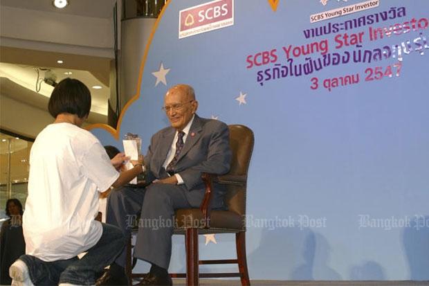 Privy Councillor ACM Siddhi Savetsila presents an award to a winner during the SCBS Young Star Investor 2004 award presentation in Bangkok on Oct 3, 2004. (Bangkok Post file photo)