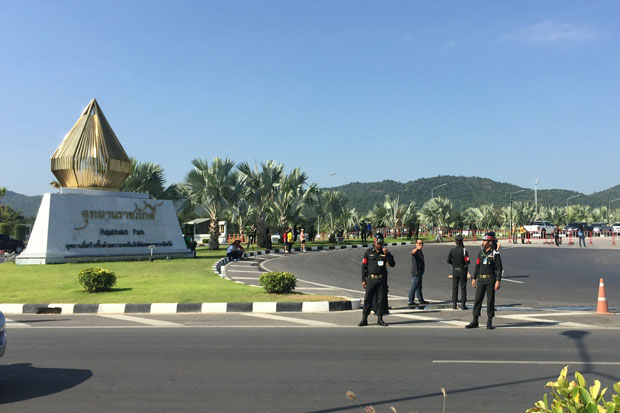 Soldiers block access to the Rajabhakti Park in Prachuap Khiri Khan province on Monday. (Photo by Chaiwat Satyam)