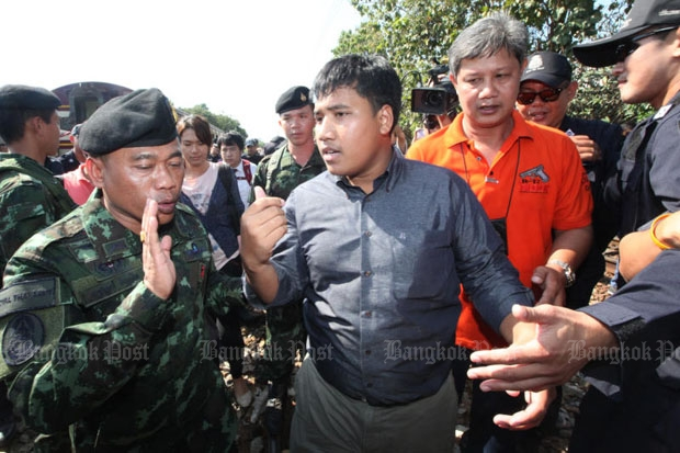 Soldiers stop Sirawith Seritiwat in Ratchaburi on Monday from leading anti-junta followers to visit the Rajabhakti Park. Government authorities contested that the intervention was for their own protection. (Photo by Wichan Charoenkiatpakul)