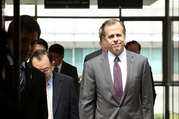 An Oct 15 file photo shows US ambassador to Thailand Glyn Davies (pink tie) at the Ministry of Foreign Affairs in Bangkok, (EPA photo)