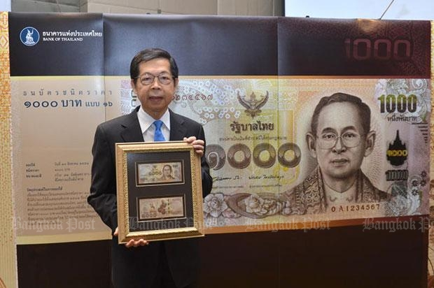 Then-central bank governor Prasarn Trairatvorakul holds the sample of the new 1,000-baht banknote at the launching of the series in August, 2015. (Photo courtesy by the Bank of Thailand)