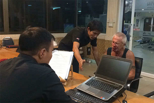 Leslie Murphy, 69, a British national, files a complaint with Pattaya police against two transvestites who attacked him with a helmet early Saturday. (Photo by Trinai Jansrichol)
