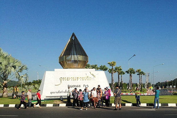 Tourists take photos with the Rajabhakti Park sign. (Photo by Chaiwat Sardyaem)