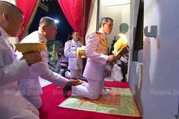 His Royal Highness Crown Prince Maha Vajiralongkorn lights a cremation flower and places it inside the pyre at Wat Debsirindrawas where His Holiness the Supreme Patriarch's body was cremated Wednesday. (Post Today photo)