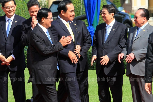Visiting Cambodian Prime Minister Hun Sen, front left, walks with Prime Minister Prayut Chan-o-cha at Government House on Friday. (Photo by Thiti Wannamontha)