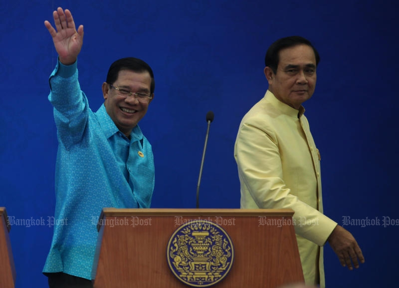 NEIGHBOURS: Prime Minister Prayut Chan-o-cha and his Cambodian counterpart Hun Sen wrap up their latest joint cabinet retreat. (Photo by Thiti Wannamontha)