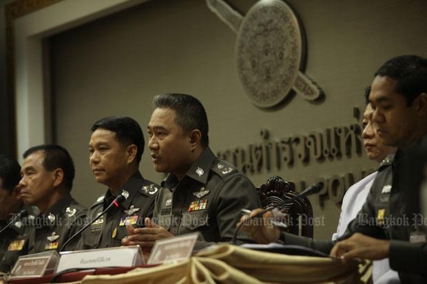 Deputy police spokesman Piyaphan Pingmuang, centre, at a press conference at the Royal Thai Police Office in Bangkok on Sunday. (Photo by Pornprom Sartrabhaya)