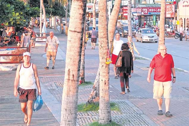Foreign tourists stroll along Beach Road in Pattaya. The weak rouble in recent years has seen fewer Russians visiting Thailand. SAROTE MEKSOPHAWANNAKUL