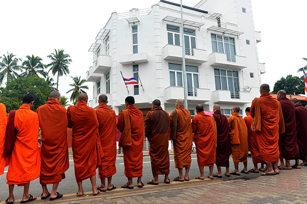 Buddhist monks from Myanmar demonstrate outside the Thai embassy in Sri Lanka's capital Colombo on Dec 28, as they appeal for the release of two compatriots sentenced to death for murdering a pair of British backpackers in Thailand. (AFP photo)