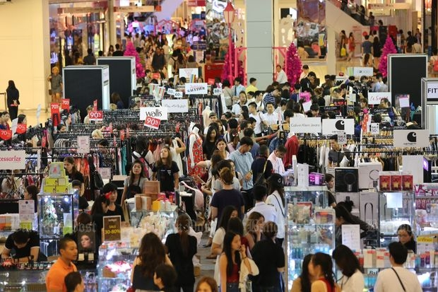 People shop at CentralWorld shopping complex in Bangkok on Saturday. (Photo by Wisit Thamngern)