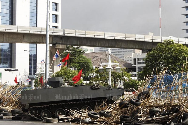 Security forces move against red-shirt demonstrators on Rajdamri Road near Lumpini Park in this 2010 file photo. (Bangkok Post photo)