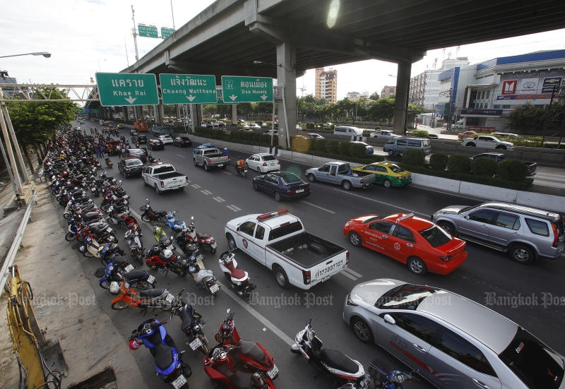 Several hundred motorcyclists and pillion riders sit on Vibhavadi Rangsit Road on Aug 10 after police and soldiers stopped them on the way to what they said was a charity ride to Nakhon Nayok. (Photo by Pattarapong Chatpattarasill)
