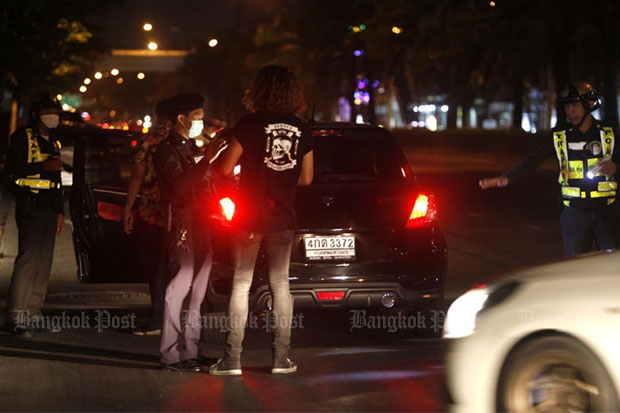 Police set up an alcohol-testing checkpoint in Bangkok's Laksi district as part of the New Year holiday campaign to curb drink-driving and road accidents. (Bangkok Post file photo)