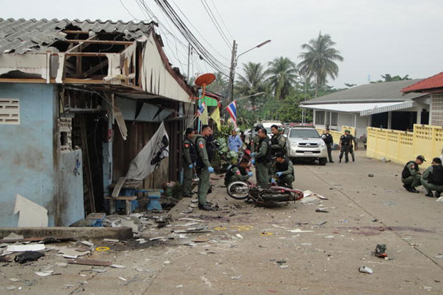 Soldiers inspect a bomb scene in Rangae district of Narathiwat in September 2015. (Bangkok Post file photo)