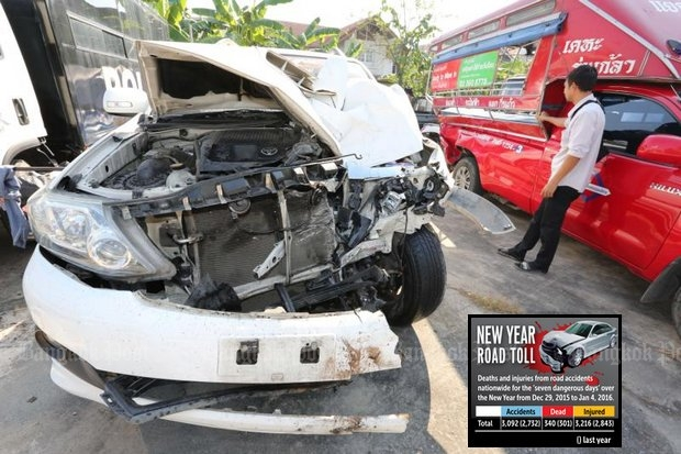 This Monday crash between a Fortuner and songtaew (pickup truck-passenger bus, right) in Bangkok's Lat Krabang district cost a 14-year-old schoolboy his right leg. (Photo by Pattanapong Hirunard)