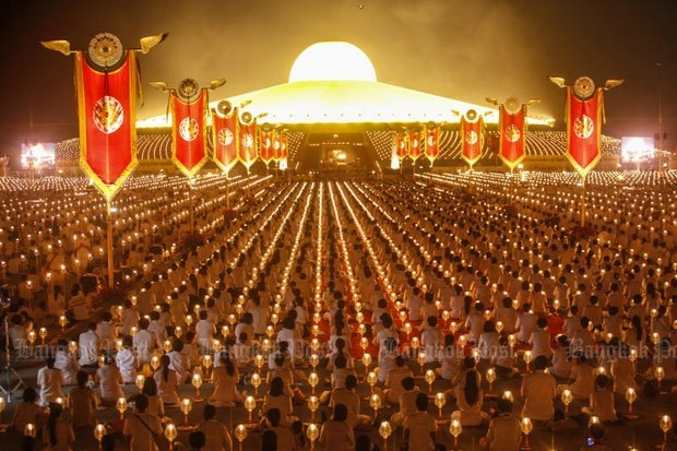 Dhammakaya followers attend a grand ceremony in front of the spaceship-like stupa at the Dhammakaya Temple to mark Maka Bucha Day last year. (File photo)