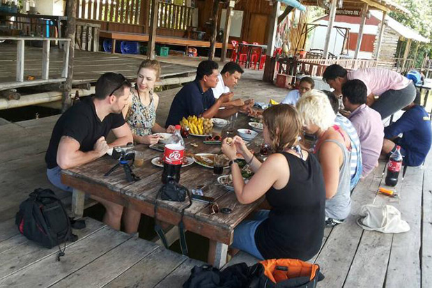 Foreign tourists enjoy a meal over the New Year's holiday at the Ban Mai Chai Klong Homestay. (Photo supplied by Ban Mai Chai Klong)