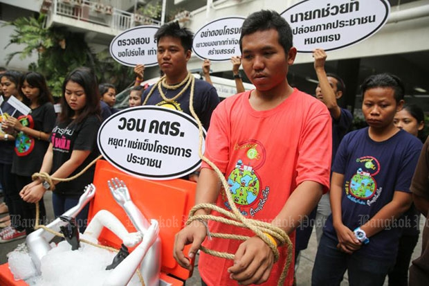 Members of five youth groups rally in front of Government House demanding the government to unfreeze the Thai Health Promotion Foundation's budget. (Post Today photo)