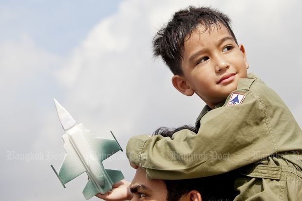 A future pilot enjoys events at the Royal Thai Air Force headquarters in Don Mueang on Saturday. (Photo by Krit Promsaka na Sakolnakorn)