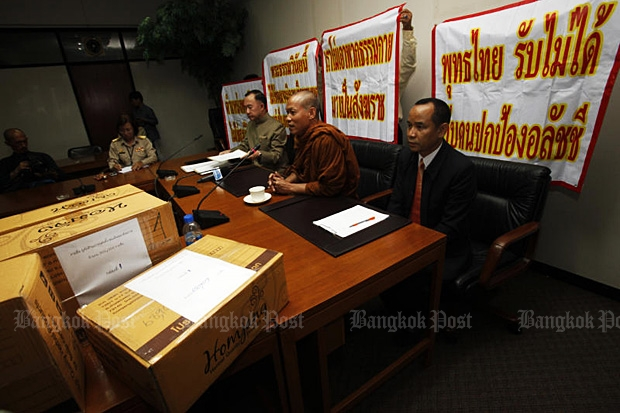 Phra Buddha Isara (centre) of Wat Or Noy submits a petition with 300,000 signatures to Prime Minister Prayut Chan-o-cha at Government House on Monday opposing the nomination of Somdet Phra Maha Ratchamangalacharn as new supreme patriarch. (Photo by Thanarak Khunton)