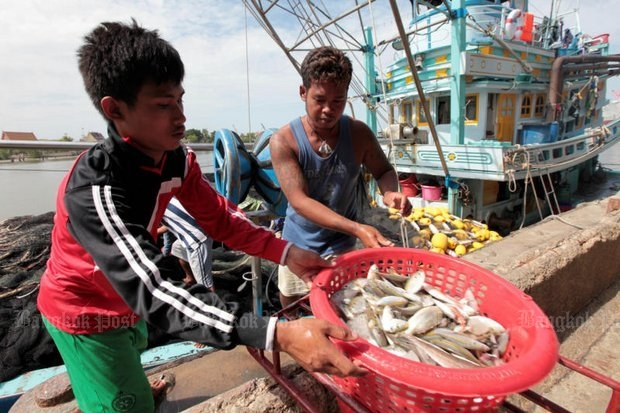 Fishermen unload their catch from a trawler in the South. The living conditions of workers in the industry are again in focus after six workers on a Thai fishing vessel were found dead last week due to a severe deficiency of vitamin B1. (File photo)