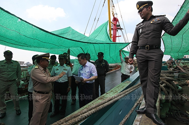 Authorities perform an IUU fishing inspection of boats in Samut Sakhon in this November file photo. (Photo by Wichan Charoenkiatpakul)