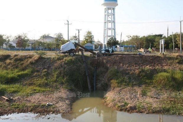 A pump and water lines are abandoned by the Provincial Waterworks Authority on the bank of Khlong Makham Tao in Suphan Buri's Don Chedi district. (Photo by Pattarapong Chatpattarasill)