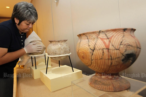 In this November 2014 photo, Ban Chiang artefacts are displayed at the Bangkok National Museum as Patrick Murphy, the US chargé d'affaires to Thailand, officially hands over the items to Thailand yesterday. They were among more than 500 artefacts smuggled to the US decades ago. Another batch of looted Ban Chiang artefacts from a US museum have were returned this month. (Photo by Patipat Janthong)