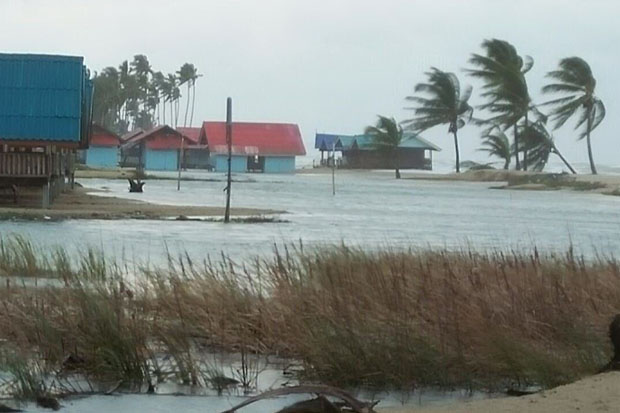 A coastal area of Pattani province is flooded while facing the northeastern monsoon on Tuesday. (Photo by Abdulloh Benjakat)