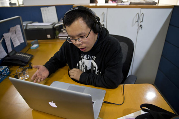 Chinese journalist Li Xin talks to an AP reporter over Skype, at the AP office in New Delhi on Nov 20, 215. (AP photo)