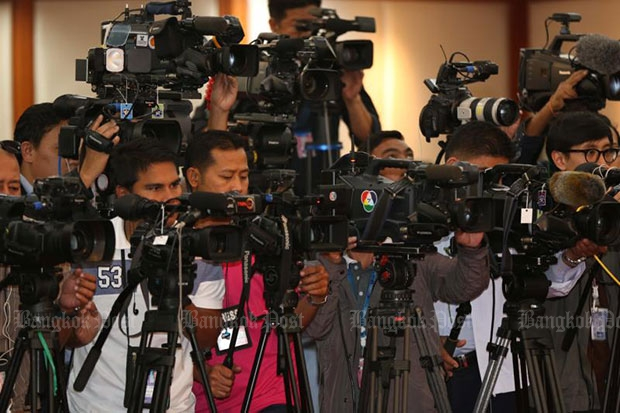 Thai and foreign media set their camera to record the announcement of the draft constitution at the parliament on Wednesday. (Photo by Seksan Rojjanametakun)