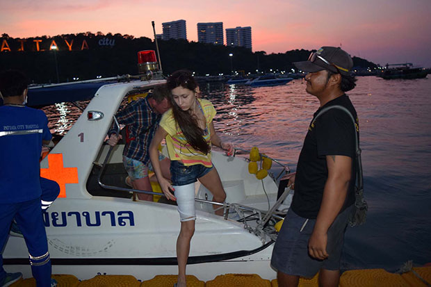The bandaged Russian woman arrives at Bali Hai pier, South Pattaya, for further treatment on Wednesday evening after being bitten on the leg by a monkey on Koh Larn. (Photo by Chaiyot Phuttanapong)