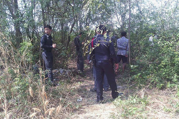 Police inspect the scene where the body of a young woman was found in bushes near a deserted house in Nakhon Pathom's Nakhon Chaisi district on Tuesday. Her professed lover Chanachai Lekkla turned himself in on Wednesday and admitted killing her in a jealous rage. (Photo taken from Chatthep Umpherdprao facebook page)