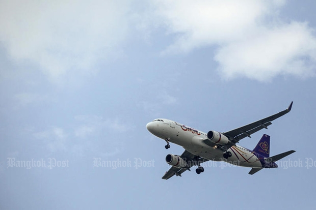A THAI Smile plane prepares to land at Suvarnabhumi airport on Dec 2, 2015. THAI Smile is a sister company of Thai Airways International. (Photo by Wichan Charoenkiatpakul)