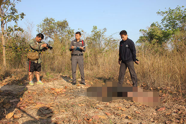 Police inspect the body of an unidentified young woman found burned to death in Udon Thani on Saturday morning. (Photo by Yuttapong Kamnodnae)